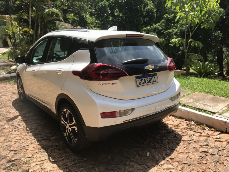 O Bolt EV, segundo a montadora, é um crossover. Seu formato é de um hatch de maior dimensão.