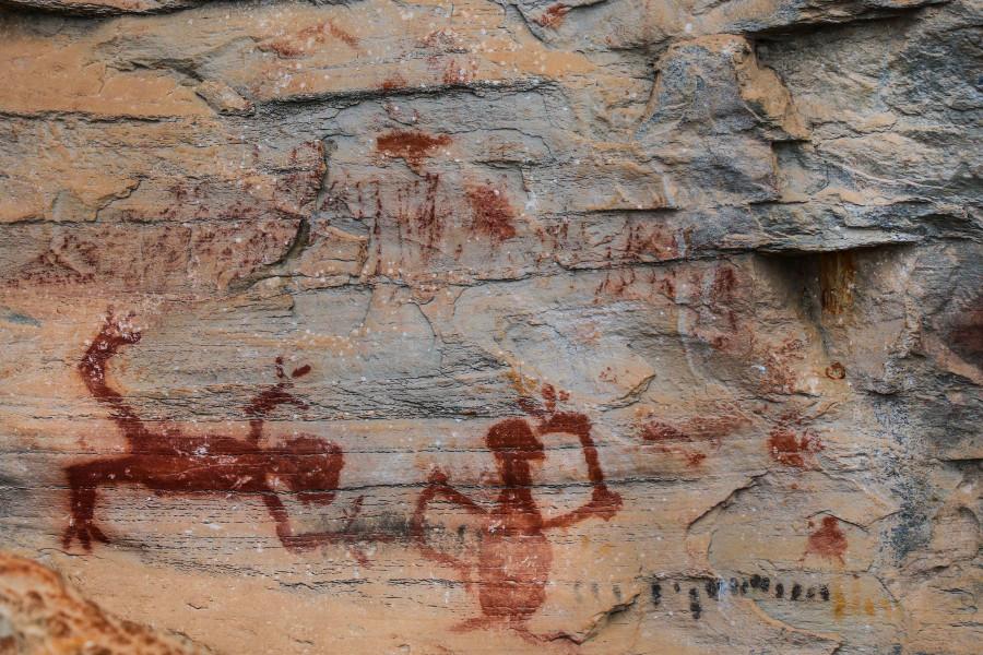 Desenhos do homem pré-histórico marcam presença de seres humanos no Sítio Lapa Sucupira, em Pedro Leopoldo.