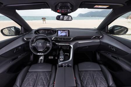 O que não falta no interior do 5008 é visão futurística, conforto irrepreensível.