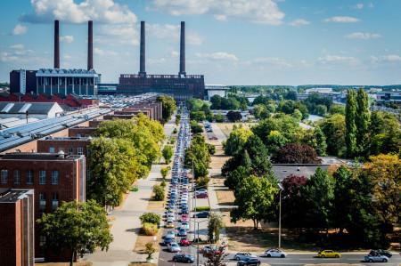 Tendo como palco de fundo a fábrica de Wolfsburg, a caravana de mais de 200 Fuscas e Beetles participam do 14º encontro na Alemanha